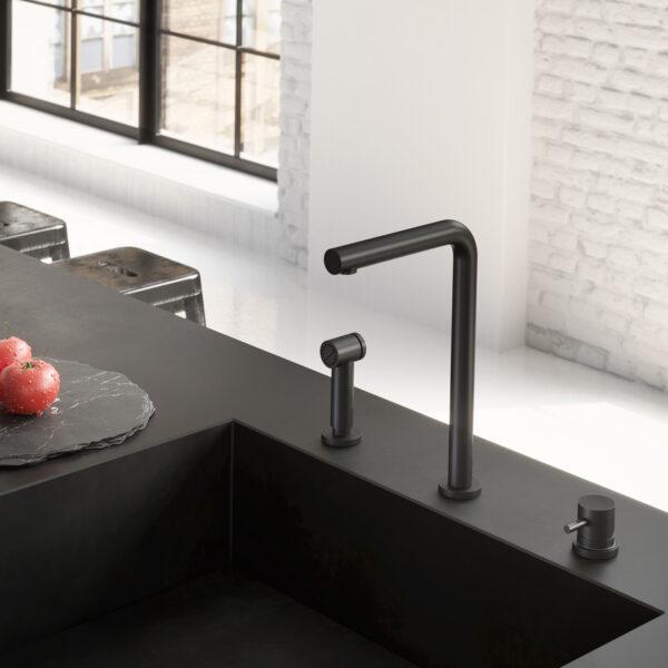 mat zwarte keukenkraan met draaibare uitloop en uitneembare handdouche met rechte uitloop it de Cobber serie